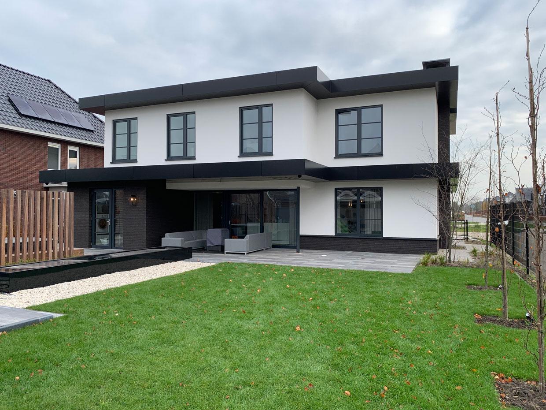 Studio voor Bouwkunst - moderne Frank Lloyd Wright geïnspireerde villa in wit stuc en zwarte steen - Dronten