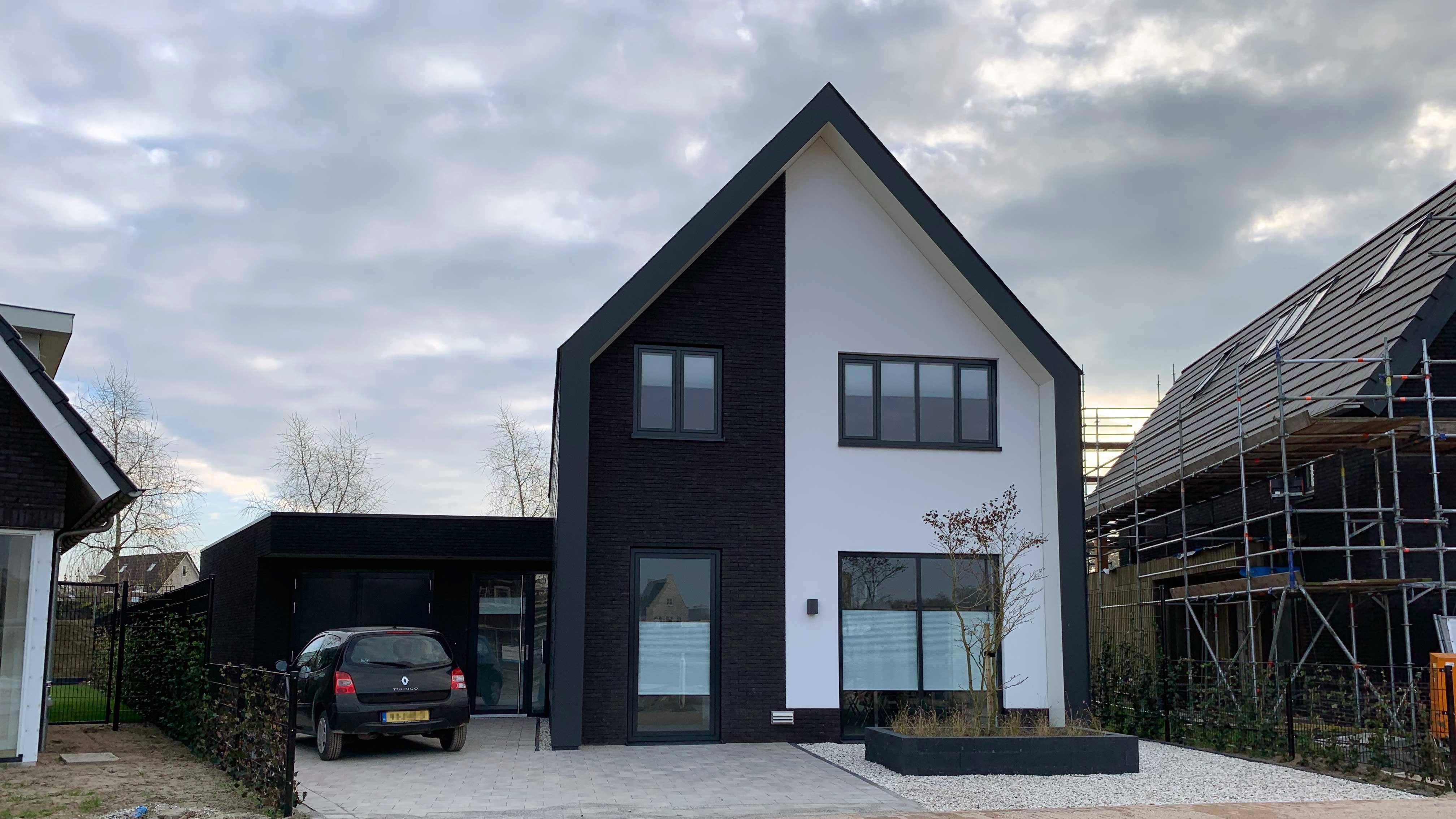 Studio voor Bouwkunst - Moderne strakke huiselijke woning in wit stuc zwarte steen eternit pannen - Harderweide, Harderwijk