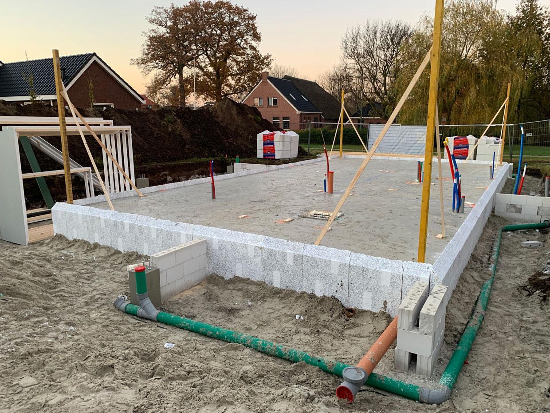 Studio voor Bouwkunst - Modern strak vormgegeven schuurwoning in vlakke dakpan en verduurzaamd houten gevelbekleding - Eelde
