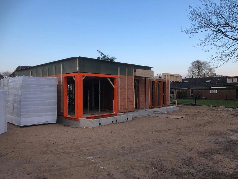 Studio voor Bouwkunst - moderne onderkelderde kubus bungalow levensloopbestendig, wit stuc en hout - De Sa, Heerde